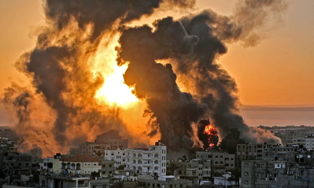 Incêndio logo ao amanhecer em Khan Yunish, após um ataque aéreo israelense contra alvos no sul da Faixa de Gaza Foto: YOUSSEF MASSOUD / AFP