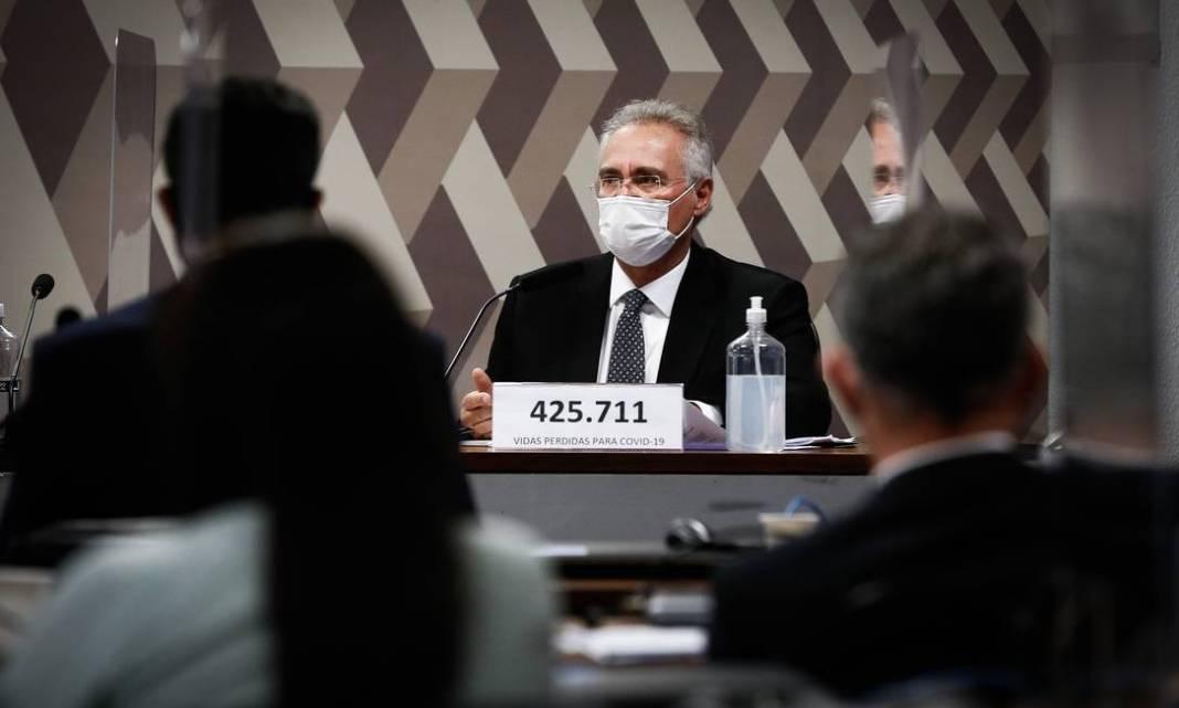 Relator Renan Calheiros trocou a placa que o identificava pelo número de vidas perdidas para a Covid-19 no Brasil Foto: Pablo Jacob / Agência O Globo - 12/05/2021