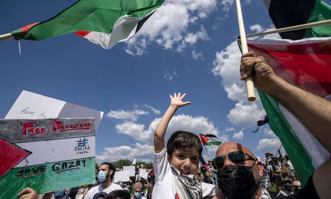 Manifestantes e ativistas se reúnem para protestar contra a situação em Israel e para defender o movimento de resistência palestina perto do Monumento de Washington, na cidade de Washington, EUA Foto: TASOS KATOPODIS / AFP - 15/05/2021