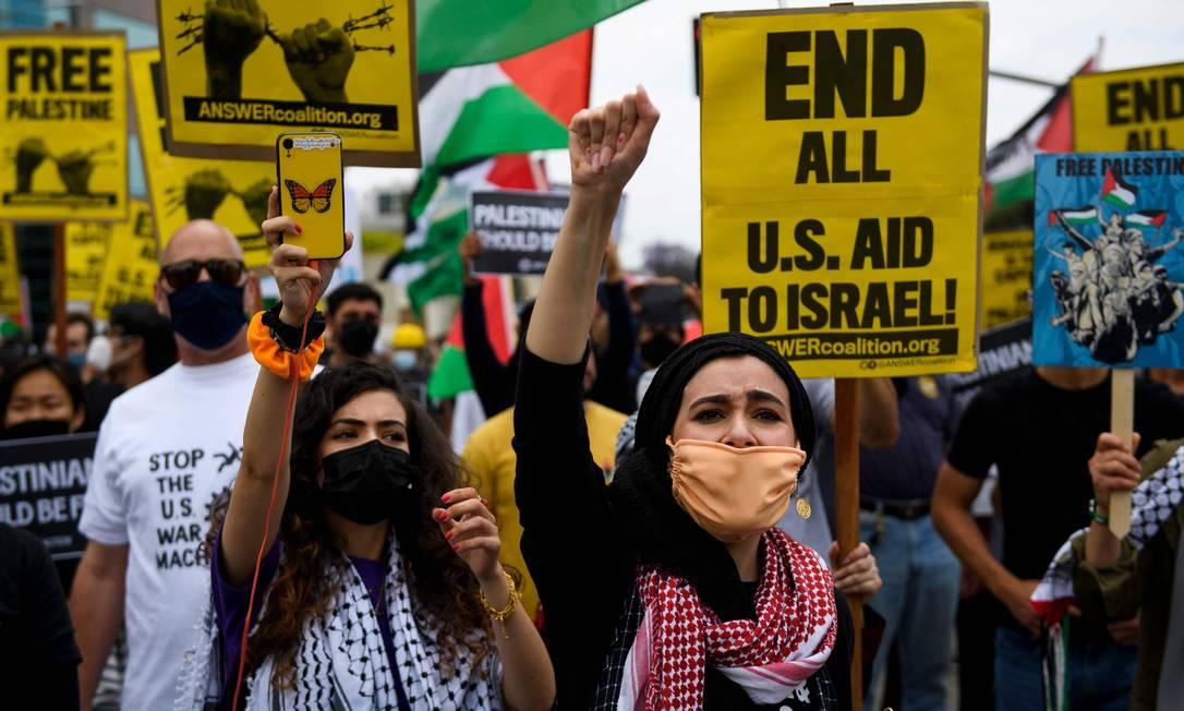 Pessoas marcham em apoio à Palestina rumo ao Consulado de Israel em Los Angeles, EUA Foto: PATRICK T. FALLON / AFP - 15/05/2021