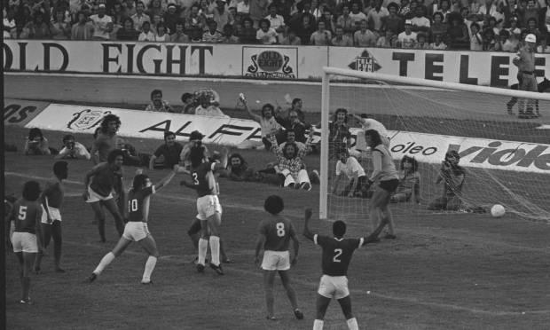 18th - INTERNATIONAL (1975) - Figueroa (International shirt 3) heads the winning goal over Cruzeiro.  Photo: Archive/O Globo Agency