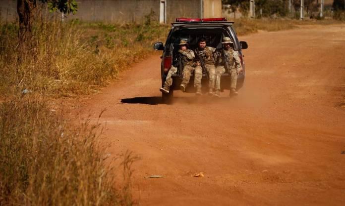Policiais fazem buscas pelo serial killer Lazáro Barbosa Foto: Pablo Jacob / Agência O Globo