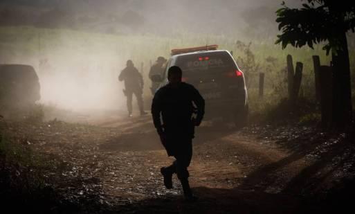 Policiais fazem cerco para capturar o serial killer Lazáro Barbosa, em Cocalzinho de Goiás Foto: Pablo Jacob / Agência O Globo