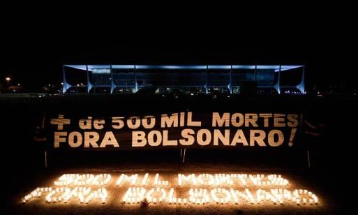 """Um grupo de artistas de Brasília acendeu velas na Praça dos Três Poderes para lembrar as 500 mil mortes por Covid-19 e escreveu, com as chamas, a mensagem """"Fora Bolsonaro"""" Foto: PABLO JACOB / Agência O Globo"""