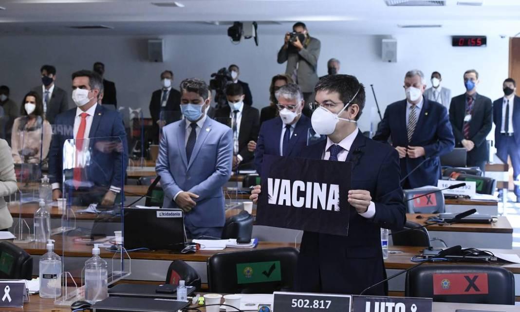 Senadores prestam minuto de silêncio pelas mais de 500 mil vidas perdidas para uma pandemia, na primeira sessão da CPI da Covid depois de os números oficiais ultrapassarem a trágica marca do meio milhão de mortos Foto: Edilson Rodrigues / Agência Senad
