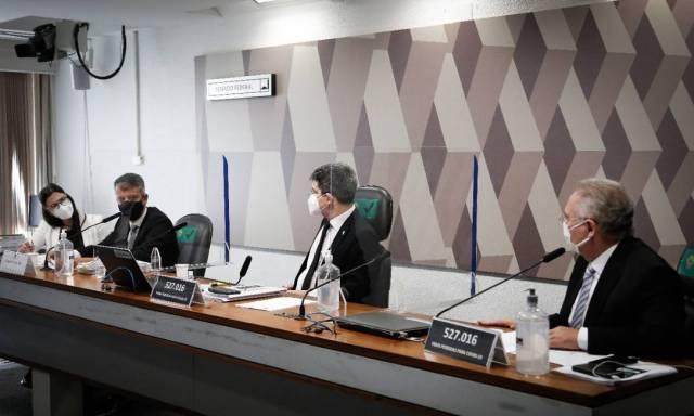 Ex-diretor do Ministério da Saúde Roberto Ferreira Dias presta depoimento à CPI da Covid, no Senado Foto: Pablo Jacob / Agência O Globo