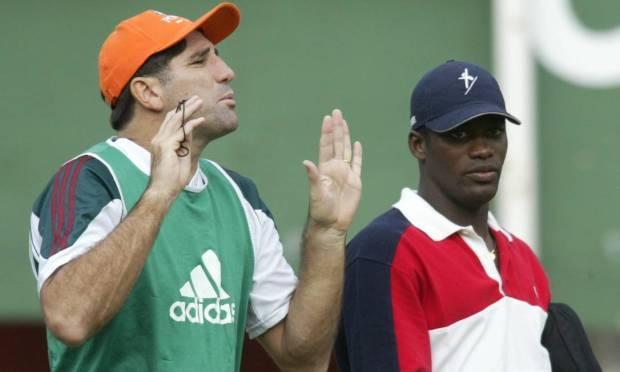Renato Gaúcho talks with player Beto during Flu training Photo: Hipólito Pereira / Agência O Globo - 09/09/2002