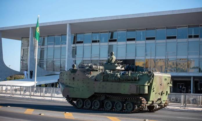 Desfile de militares: Esplanada dos Ministérios recebeu veículos militares, como tanques de guerra e carros com armamentos Foto: Antonio Molina/Fotoarena/Agência O Globo
