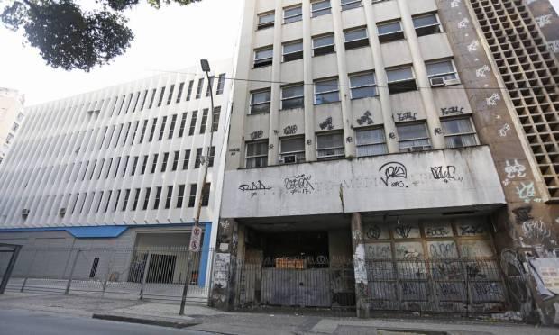 Rua Mem de Sá 152 (former IML) and 160 (white building on the side) Photo: Fabio Rossi / Agência O Globo