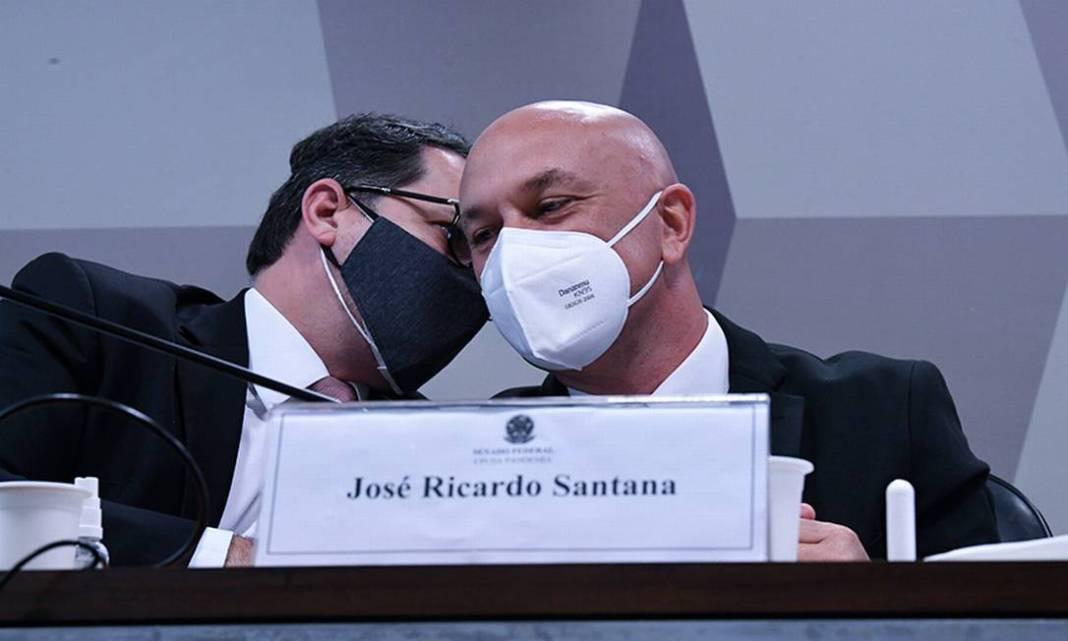"""Em depoimento à CPI da Covid, José Ricardo Santana, ex-secretário da Câmara de Regulação do Mercado de Medicamentos (Cmed), disse que foi trabalhar no Ministério da Saúde sem recebimento de salário, um convite ex-diretor de logística Roberto Ferreira Dias, investigado na comissão por suspeita de pedido de propina em negociação de vacinas.  Santana, afirmou que no dia 23 de março pediu demissão na câmara de regulação e a exoneração foi publicada no dia 30. No entanto, ele não esclareceu seu trabalho no ministério.  Em vários questionamentos, Santana respondeu """"que não se lembra"""", nem mesmo de sua remuneração na Cmed.  Foto: Edilson Rodrigues / Agência Senado"""