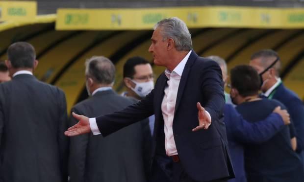 Coach Tite during game interruption Photo: AMANDA PEROBELLI / REUTERS