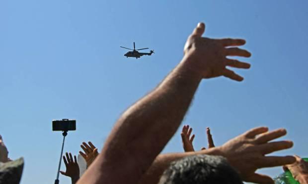 Supporters wave to Bolsonaro aboard a Brazilian Air Force helicopter in Brasília Photo: CARL DE SOUZA / AFP