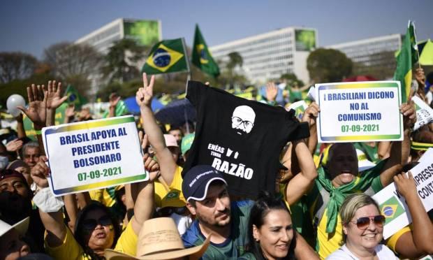 """Brazil supports President Bolsonaro"", says the poster in photo: Mateus Bonomi / Agência O Globo"