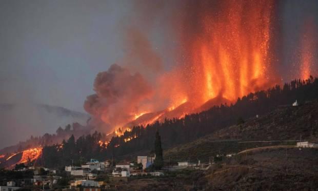Mount Cumbre Vieja erupts in El Paso, spewing columns of smoke, ash and lava on the island of La Palma Photo: DESIREE MARTIN / AFP