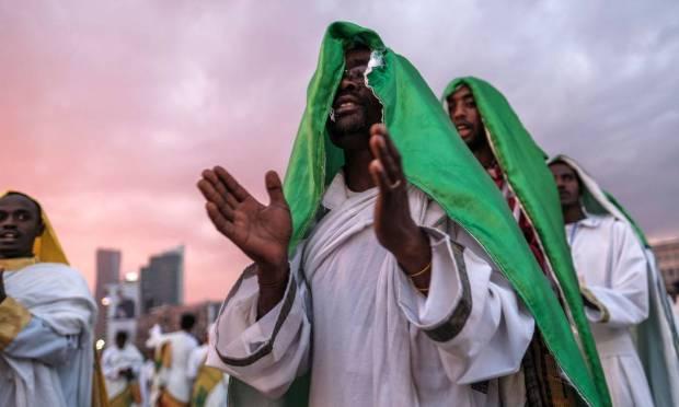 Membros do coro de uma igreja Ortodoxa cantam durante as celebrações da véspera do feriado Ortodoxo Etíope de Meskel, que comemora a descoberta da Verdadeira Cruz de Cristo, pela Imperatriz Romana Helena no século IV, na cidade de Addis Abeba, Etiópia Foto: EDUARDO SOTERAS / AFP