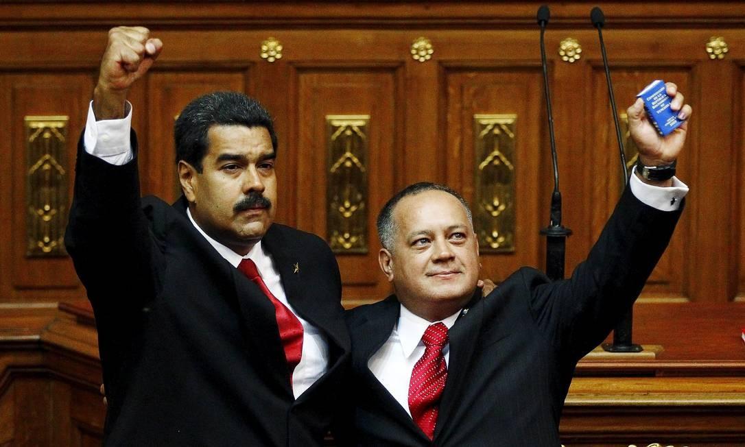 Diosdado Cabello abraçado com o presidente da Venzuela, Nicolas Maduro Foto: CARLOS GARCIA RAWLINS / Reuters