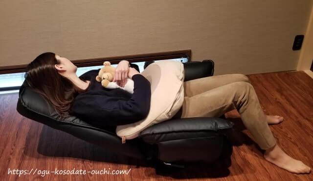 ハイバック座椅子の背もたれを倒して、赤ちゃんと横になる様子