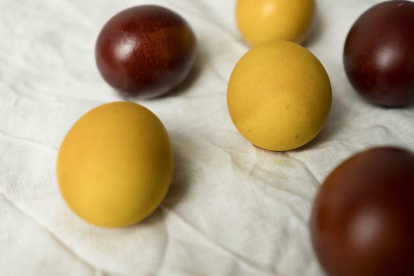 Ostern. Eier färben mit natürlichen Farben.