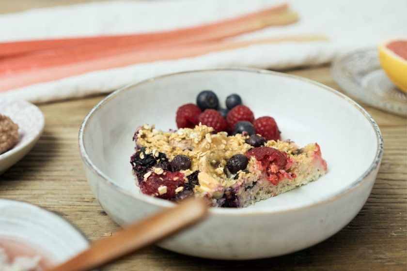 Rezepte für das Frühstück: Haferflockenauflauf mit Beeren. Oatmeal.