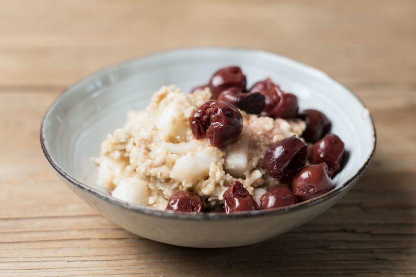 Porridge mit Sauerkirschen
