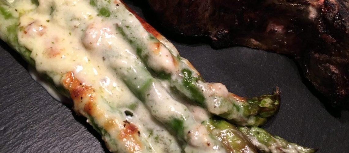 grüner Spargel mit Parmesanhaube