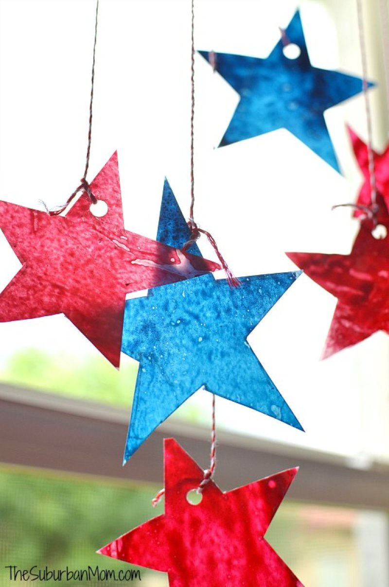 4th of July Sun Catchers. Paper Star Lights Garland. 10 Easy 4th of July Crafts to Make in 2018. Fourth of July is the perfect time to do some DIY projects to celebrate America! Make your house look patriotic with these simple red white and blue crafts. You can find 4th of July wreaths, centrepieces, firecrackers and all other 4th of July decor here. Most of these 4th of July crafts can be made by kids and toddlers. 4th of July crafts kids, 4th of July Crafts DIY, 4th of July crafts preschoolers #4thofJuly