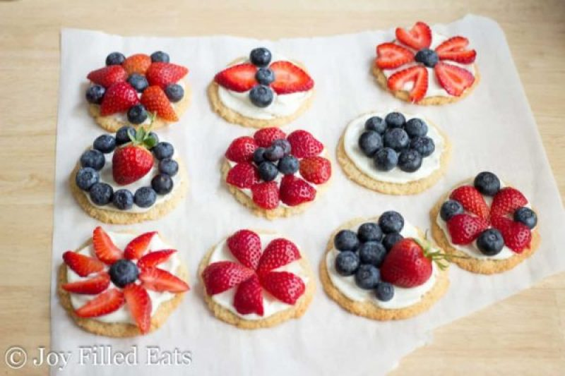 4th Of July Keto Dessert Pizzas | Looking for delicious low carb and Keto 4th of July Desserts? I've got the perfect treats for you! These 4th of July Keto desserts recipes are perfect for the celebration and will make sure you stay on track with your ketogenic diet while still enjoying mouthwatering sugar-free and low carb keto desserts. How to have a low carb 4th of July party. #ketodessert #lowcarbdessert #fatbombs #4thofjuly #4thofjulydesserts