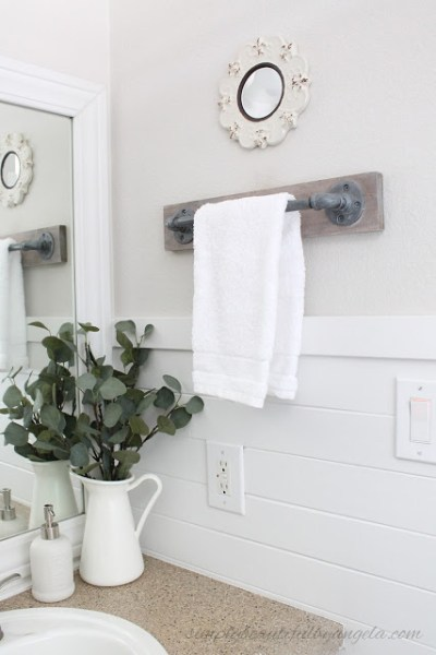 DIY Industrial Pipe Towel Bar - Easy DIY Farmhouse Decor Ideas Using Dollar Store Items. These cheap DIY rustic decor projects are perfect for your fixer upper style home. #Farmhouse #FarmhouseDIYS #DIYFarmhouseProjects #DIYFarmhouseCrafts