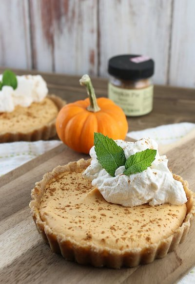 Keto No Bake Pumpkin Pie Cheesecake - Easy Keto Cheesecake recipes that taste like real cheesecake! These no-bake keto cheesecakes are absolutely DELICIOUS! Click to find your new favorite quick keto dessert! #ketorecipes #ketodiet #ketocheesecake #ketodessert