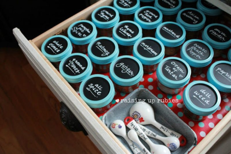 Chalkboard Spice Jars Using Mason Jars - Incredibly Clever Mason Jar Organization Ideas. Organize your entire home using mason jars. #masonjars #masonjar #masonjarorganization #organization #diyhomedecorideas #masonjarcrafts