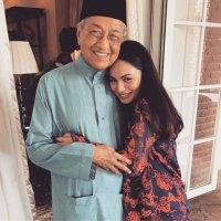 Izara Aishah Peluk Tun M Dikecam Netizen