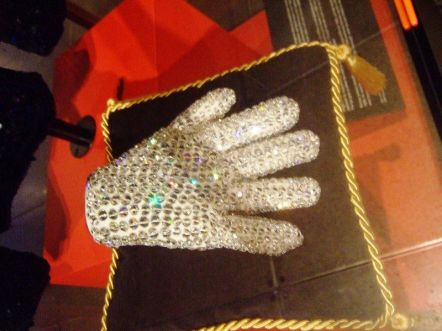 Luva de Michael Jackson em um leilão