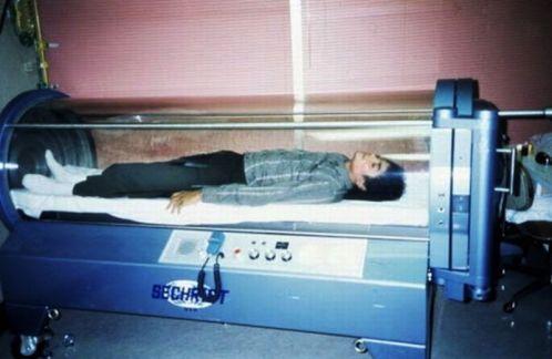 Michael Jackson, deitado em sua câmara de oxigênio