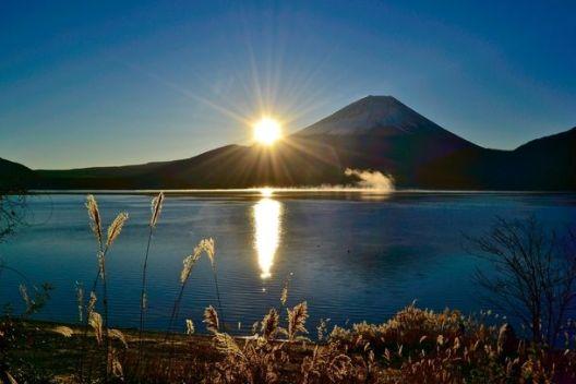 Um amanhecer fresco no Monte Fuji do Lago Motosu, Japão