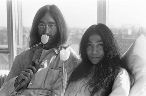 John Lennon e sua esposa