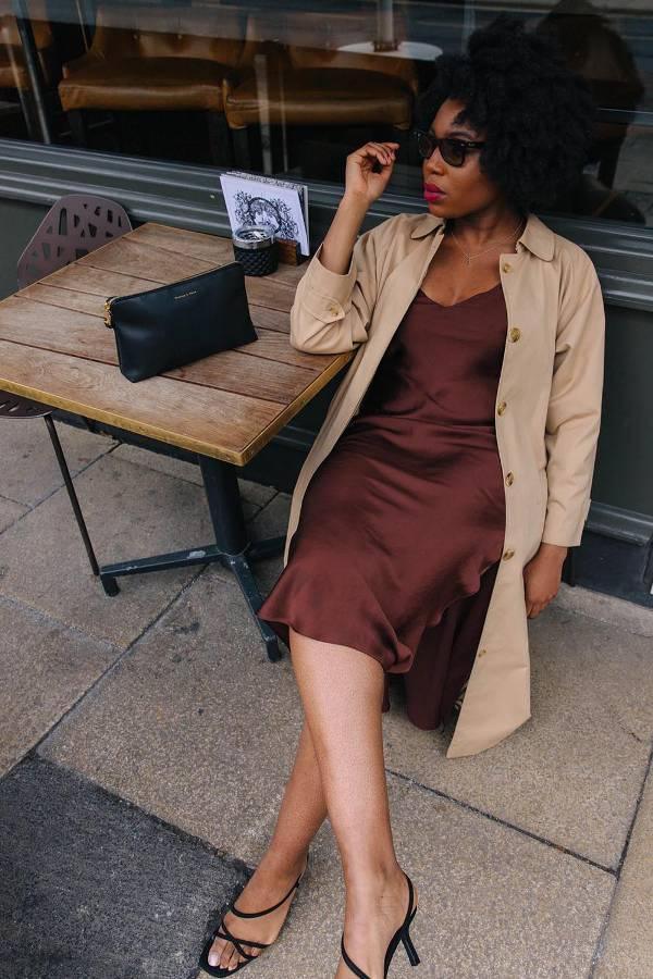 Девушка в коричневом платье комбинация, пальто и черные босоножки