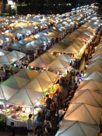 Das bunte Treiben auf dem Night Market von oben