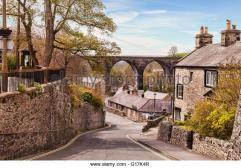 the-village-of-ingleton-with-its-cottages-and-railway-viaduct-yorkshire-g17k4r