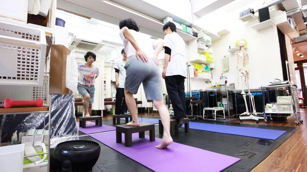 新中野の大木接骨院の階段歩行の運動療法
