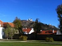 Pohled ze zámecké zahrady na Svatý kopeček