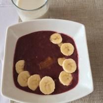 Smoothies miska s borůvkami a malinami, chia, banán, mandlové máslo