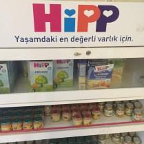 Hipp regál s mlékem a přesnídávkami