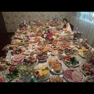 table garnie de nourriture