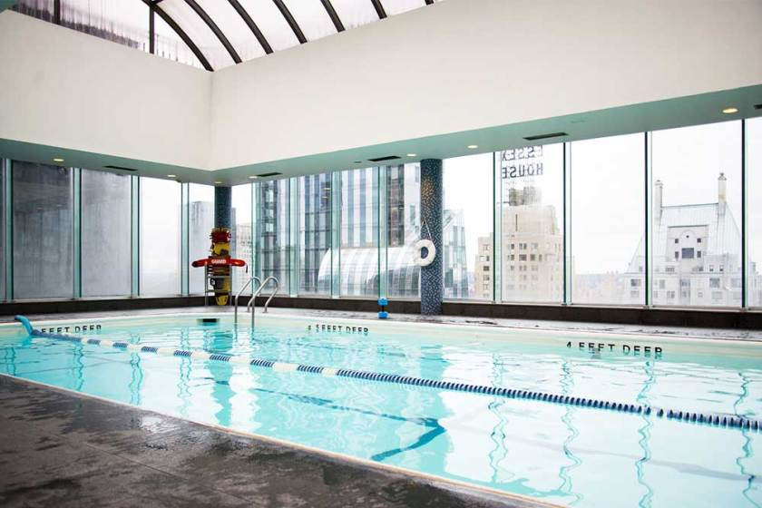 Piscina coberta e aquecida no rooftop do hotel Parker New York.