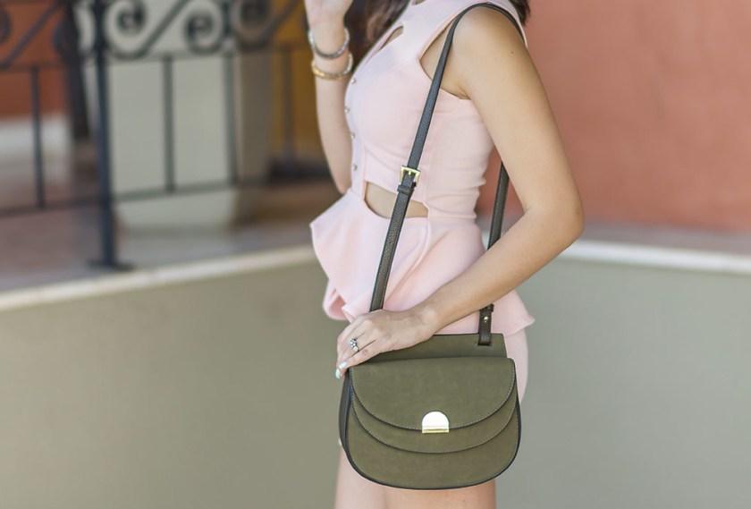 Detalhes bolsa Renner no look da Mônica Araújo, influencer do Oh My Closet. Tendência conjunto rose quartz.