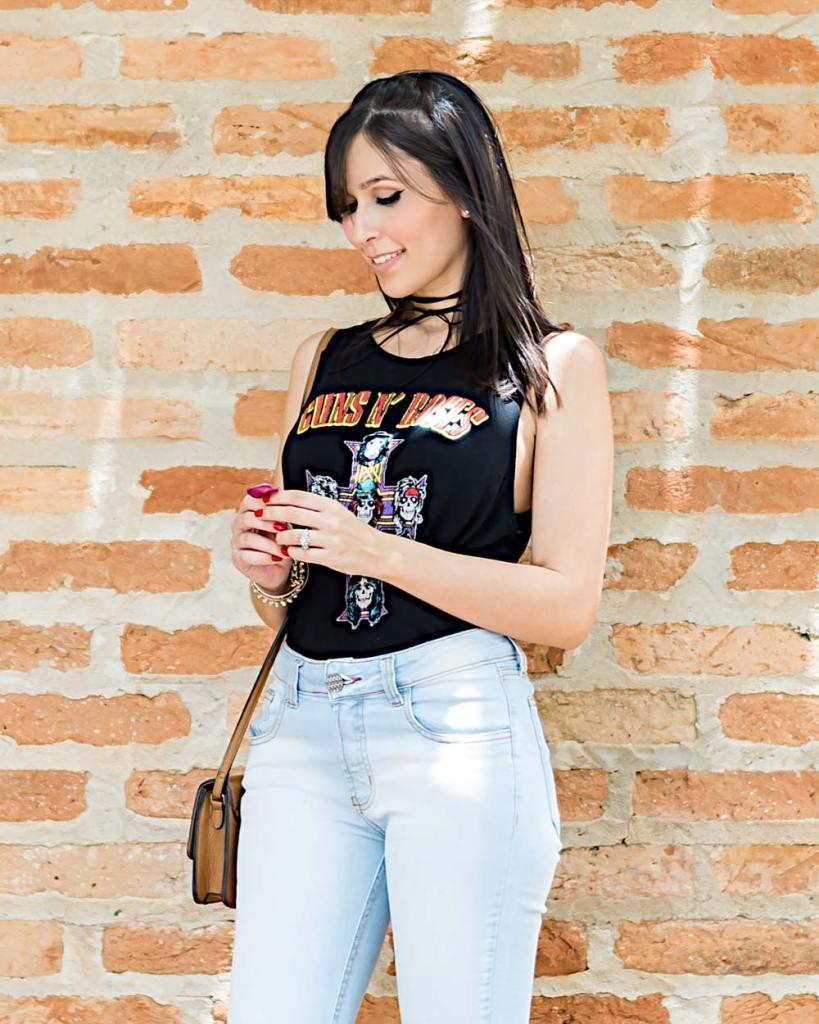 Look casual com camiseta de banda e jeans da blogger Mônica Araújo do Oh My Closet para Hipsters Denim.