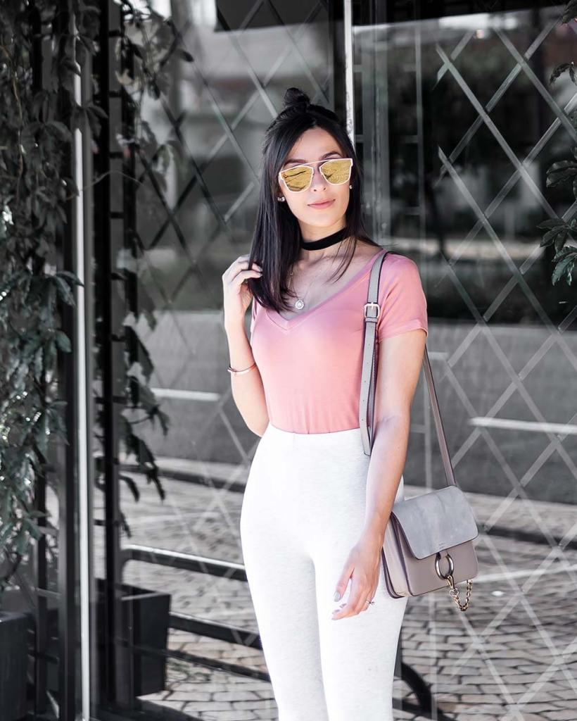 Look básico e estiloso com a blogueira Mônica Araújo usando rosa blush, a tendência de 2017!