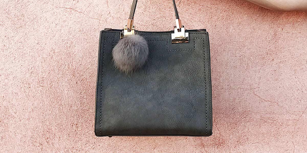 Detalhes da bolsa cinza de pompom do Ali Express.