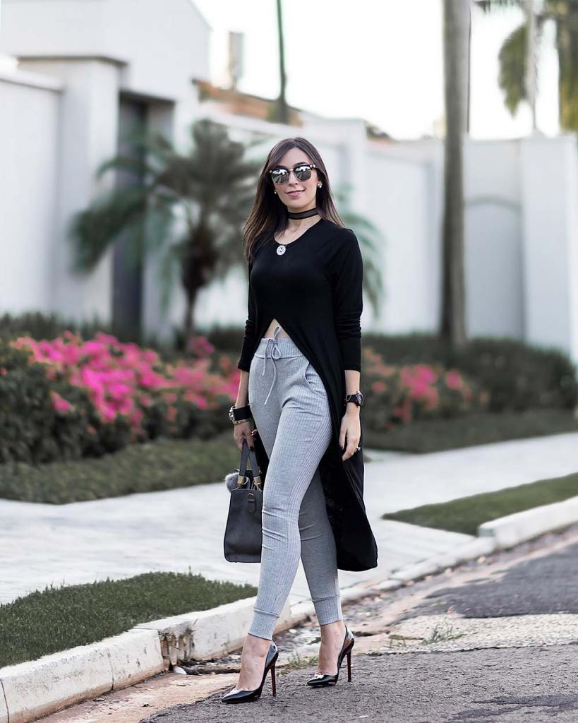 Look com calça jogger cinza e blusa preta.