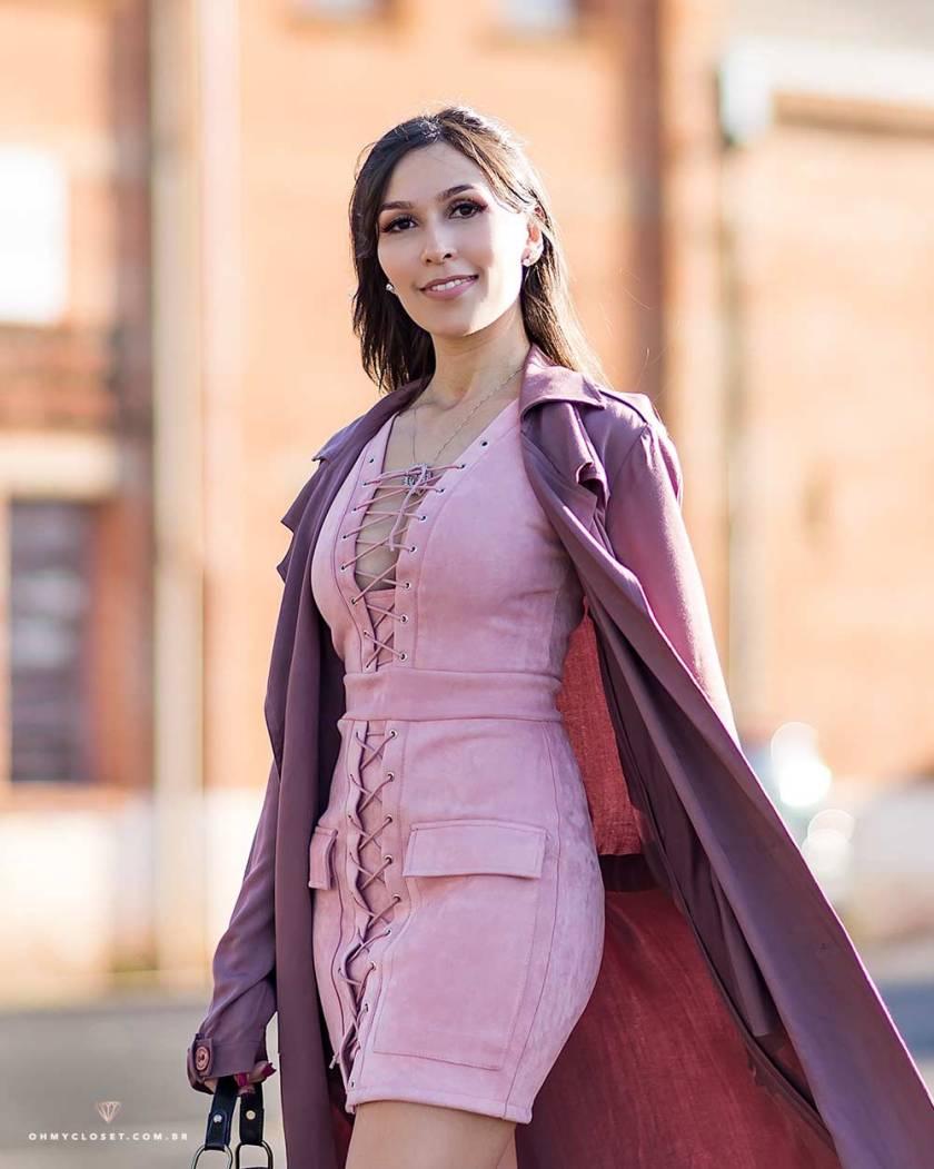 Detalhes do look da influencer Mônica Araújo com vestido de suede Ali Express.